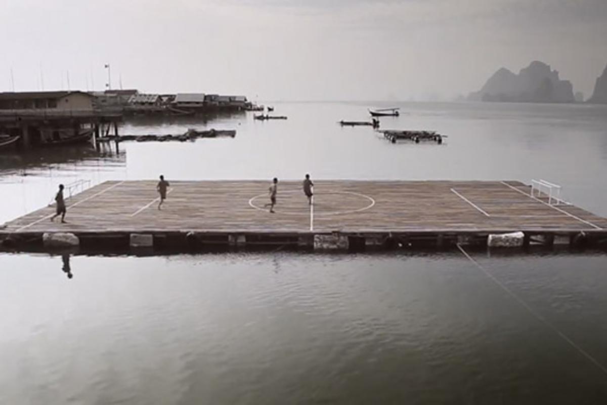 Das schwimmende Fußballfeld