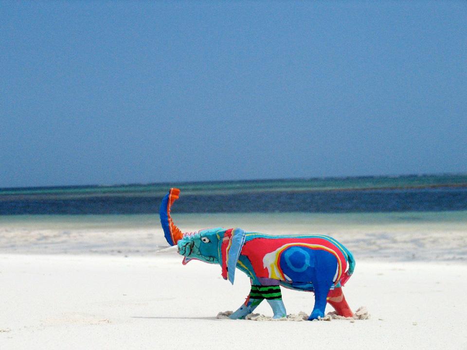 Der bunte Flip-Flop-Elefant am Strand