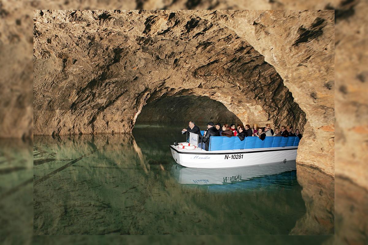 Mit dem Boot eine Wasserwelt unter der Erde erkunden
