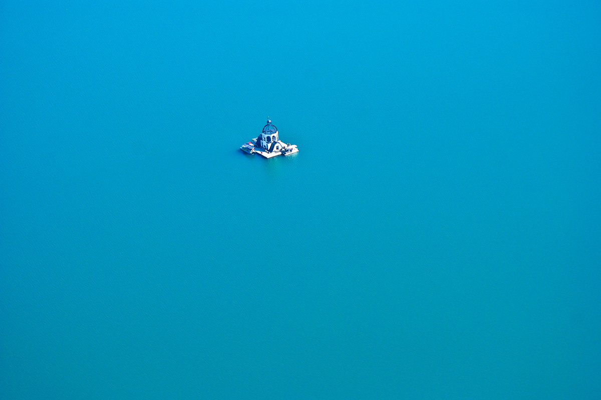 Das schwimmende Trauzimmer aus der Luft