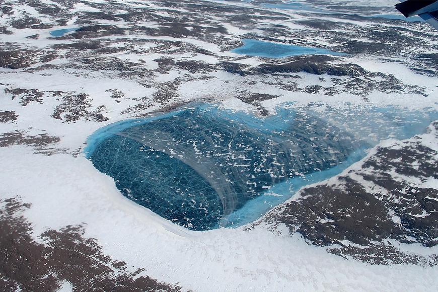 Ein Melt Pond aus der Luft fotografiert