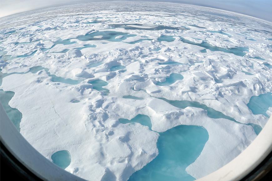 Wasser zwischen Eis und Schnee