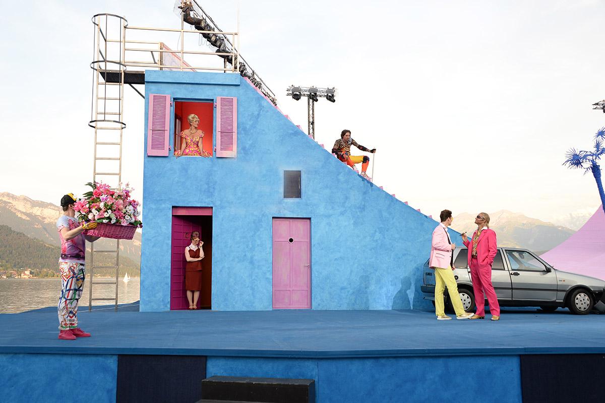Familie Capulet auf der linken Seite der Bühne